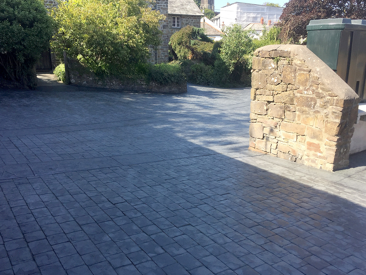 imprinted concrete cobble sets driveway